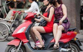 骑摩托车搭载女孩子,虽然她们喜欢侧坐,但却不合法和不安全!
