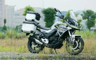 国产大运又出一款探险摩托车!售价不到2万,标配三箱,电喷水冷+ABS