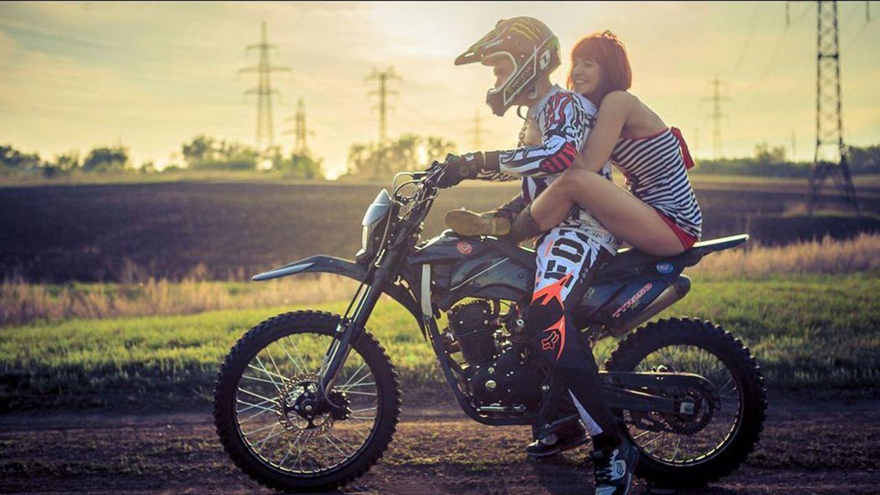骑摩托车搭载女孩子,虽然她们喜欢侧坐,但却不合法和不安全! -第4张图片-春风行摩托车之家