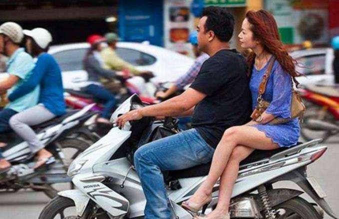 骑摩托车搭载女孩子,虽然她们喜欢侧坐,但却不合法和不安全! -第2张图片-春风行摩托车之家