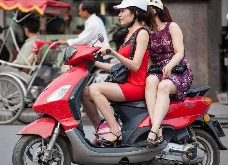 骑摩托车搭载女孩子,虽然她们喜欢侧坐,但却不合法和不安全! -第1张图片-春风行摩托车之家