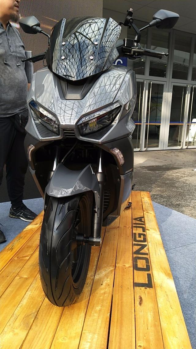 龙嘉两款300水冷踏板,运动与复古,ABS大座桶9L油箱,你喜欢吗?-第1张图片-春风行摩托车之家