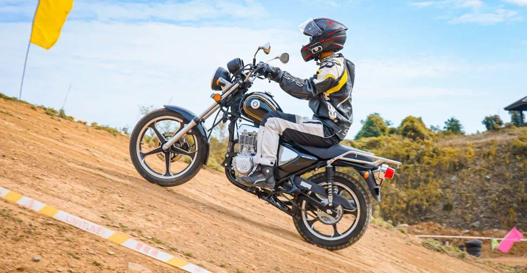 测评视频:看7980元起铃木悍道150,如何重新定义小太子?-第1张图片-春风行摩托车之家