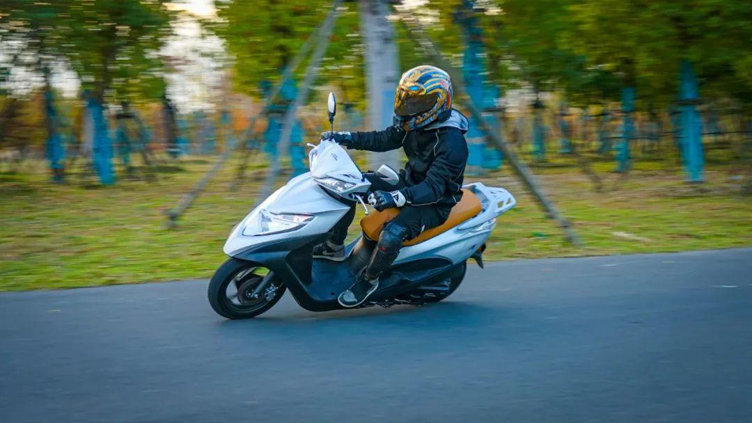 新大洲本田NS125T动态测评: 新款U 却只要NS的价格 时尚通勤小踏板-第2张图片-春风行摩托车之家