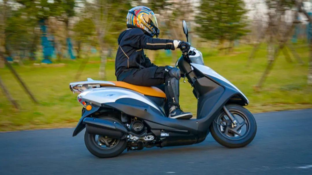 新大洲本田NS125T动态测评: 新款U 却只要NS的价格 时尚通勤小踏板-第3张图片-春风行摩托车之家