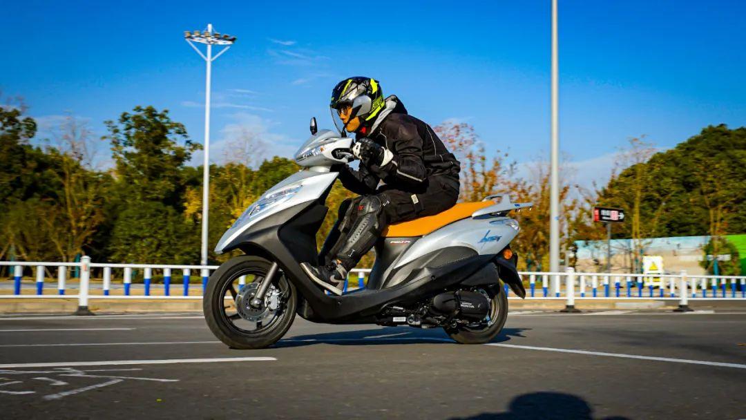 新大洲本田NS125T动态测评: 新款U 却只要NS的价格 时尚通勤小踏板-第6张图片-春风行摩托车之家