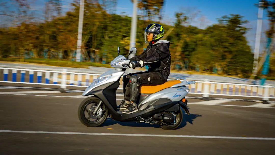 新大洲本田NS125T动态测评: 新款U 却只要NS的价格 时尚通勤小踏板-第7张图片-春风行摩托车之家