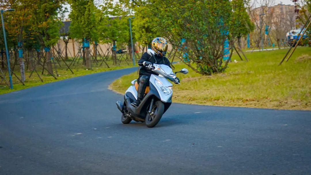 新大洲本田NS125T动态测评: 新款U 却只要NS的价格 时尚通勤小踏板-第11张图片-春风行摩托车之家