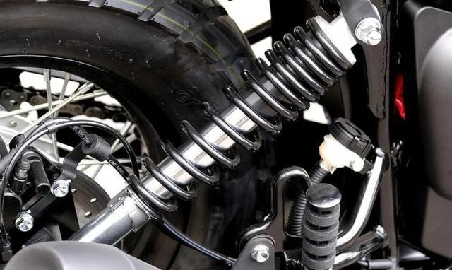 标配ABS、前后辐条轮!解析1.6万的QJ复古新车:双缸油冷250cc-第6张图片-春风行摩托车之家