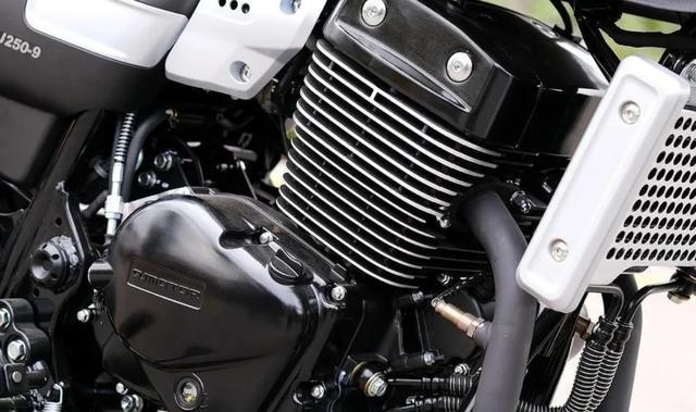 标配ABS、前后辐条轮!解析1.6万的QJ复古新车:双缸油冷250cc-第4张图片-春风行摩托车之家