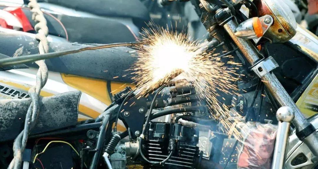 报废摩托车销毁,场面过于壮观-第4张图片-春风行摩托车之家