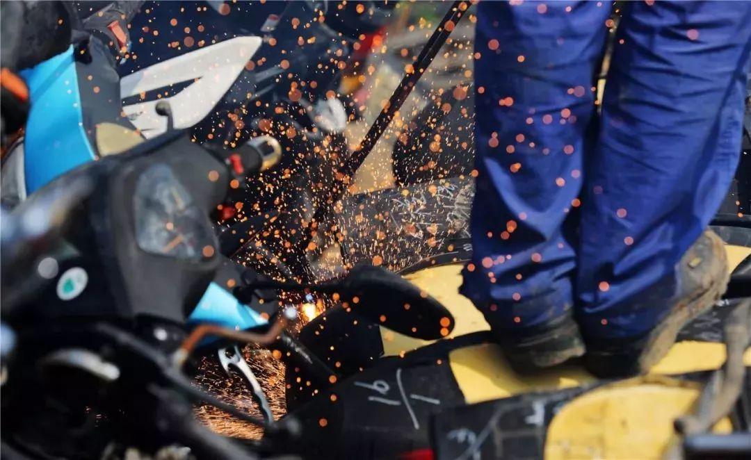 报废摩托车销毁,场面过于壮观-第6张图片-春风行摩托车之家