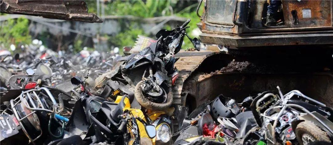 报废摩托车销毁,场面过于壮观-第11张图片-春风行摩托车之家