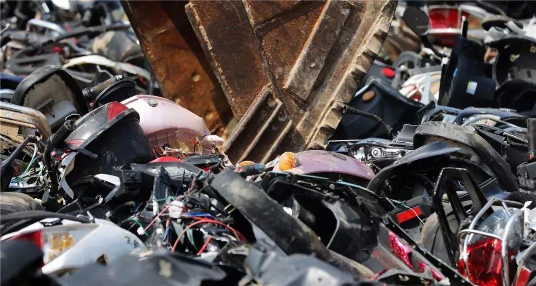 报废摩托车销毁,场面过于壮观-第17张图片-春风行摩托车之家