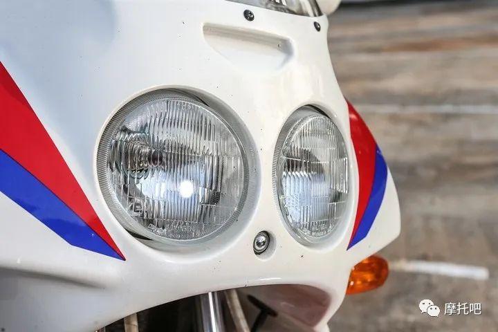 又美又贵,雅马哈的第一台市售超跑!-第18张图片-春风行摩托车之家