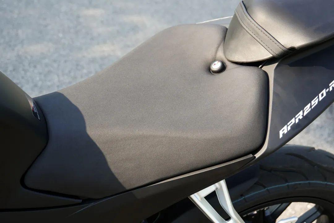 熟悉配方更猛的底料,全方位解读26800元的GPR250R-第14张图片-春风行摩托车之家