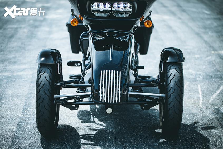 耍酷压弯样样行 试70万元的哈雷倒三轮-第3张图片-春风行摩托车之家