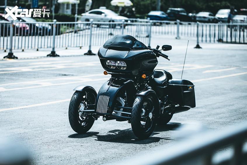 耍酷压弯样样行 试70万元的哈雷倒三轮-第2张图片-春风行摩托车之家