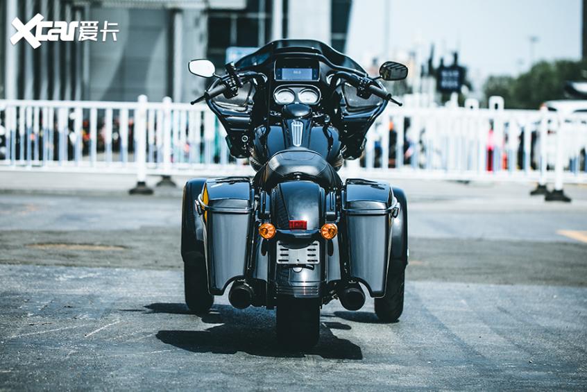 耍酷压弯样样行 试70万元的哈雷倒三轮-第12张图片-春风行摩托车之家
