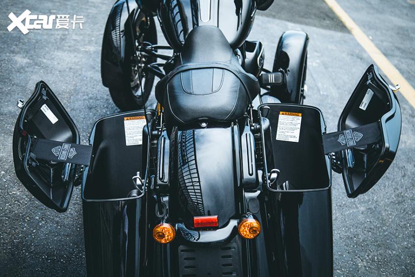 耍酷压弯样样行 试70万元的哈雷倒三轮-第13张图片-春风行摩托车之家