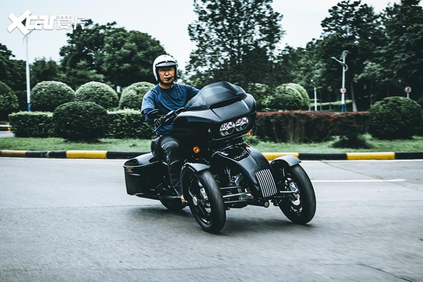 耍酷压弯样样行 试70万元的哈雷倒三轮-第26张图片-春风行摩托车之家