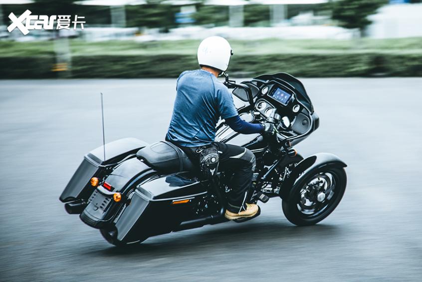 耍酷压弯样样行 试70万元的哈雷倒三轮-第30张图片-春风行摩托车之家