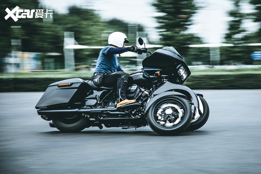 耍酷压弯样样行 试70万元的哈雷倒三轮-第29张图片-春风行摩托车之家