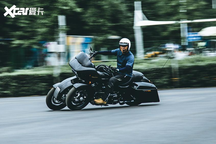 耍酷压弯样样行 试70万元的哈雷倒三轮-第28张图片-春风行摩托车之家