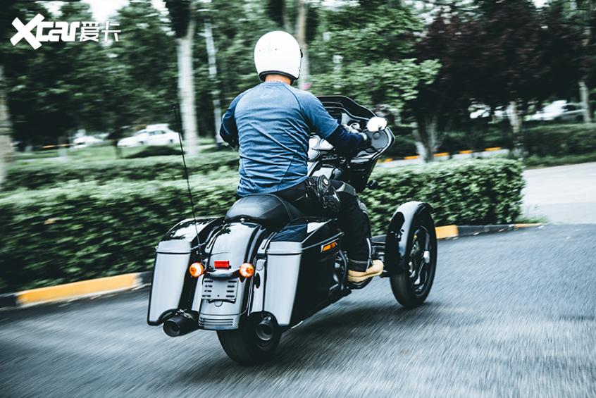 耍酷压弯样样行 试70万元的哈雷倒三轮-第31张图片-春风行摩托车之家