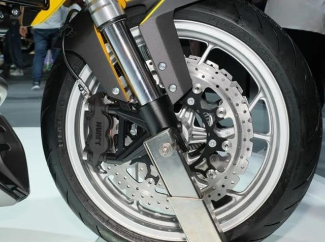 外观如异兽,解读赛科龙1000cc巡航车:马力113匹,后轮单摇臂-第5张图片-春风行摩托车之家