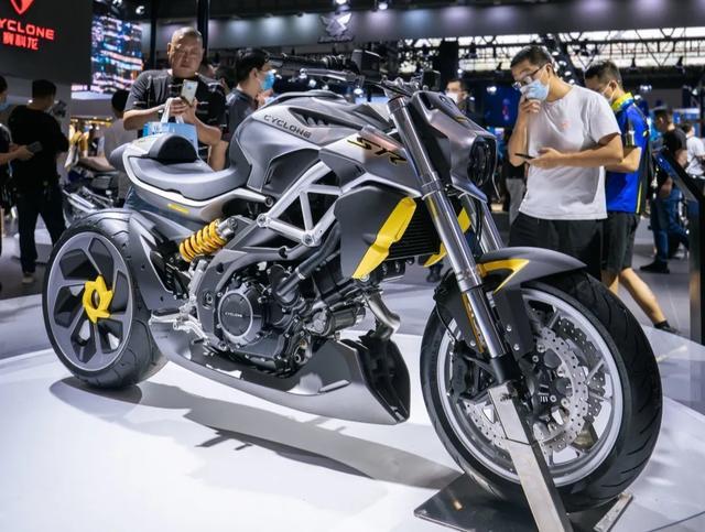 外观如异兽,解读赛科龙1000cc巡航车:马力113匹,后轮单摇臂-第2张图片-春风行摩托车之家